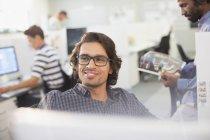 Retrato sorridente, empresário confiante no escritório moderno — Fotografia de Stock