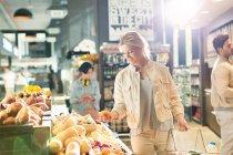 Junge Frau Lebensmittel einkaufen, Surfen Produkte im Markt — Stockfoto