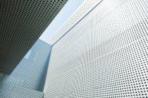Сучасна будівля і стіни денний час — стокове фото