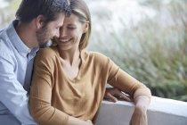 Счастливая любящая пара в патио, размытая — стоковое фото