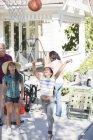 Großeltern beobachtete Enkelinnen Basketball spielen — Stockfoto