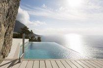 Piscine moderne avec vue sur l'océan — Photo de stock