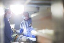 Врачи, выполняющие лапароскопическую операцию в операционной — стоковое фото