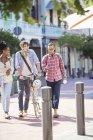 Amis marchant ensemble sur la rue de la ville — Photo de stock