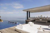Cabana та пейзажний басейн з видом на океан — стокове фото