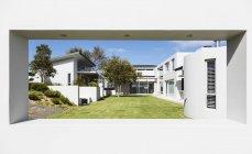 Iarda e lusso moderno sunny home Vetrina esterno — Foto stock