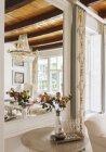 Розкіш вітальні з квітами проти дзеркало — стокове фото
