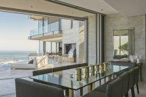 Роскошные современные дома витрина столовой с видом на океан — стоковое фото