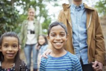 Студенты и преподаватели, улыбаясь в лесу — стоковое фото