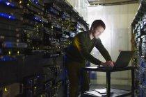 Server-Raum-Techniker arbeiten am laptop — Stockfoto