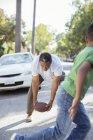 Großvater und Enkel Fußball spielen in der Straße — Stockfoto