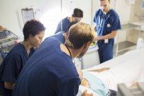Équipe de médecins soignants à l'hôpital — Photo de stock