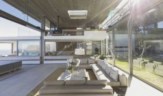 Sunny moderno, casa de lujo escaparate sala de estar interior - foto de stock