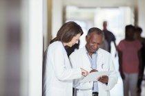 Ärzte lesen medizinischen Diagramm im Krankenhaus — Stockfoto