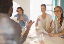 Gens d'affaires créatives souriant remue-méninges en séance Salle de conférence — Photo de stock