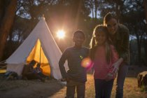 Students and teacher smiling at campsite — Stock Photo