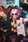 Пара в костюмах на вечеринке — стоковое фото