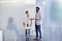 Творческие бизнесмены разговаривают в конференц-зале — стоковое фото