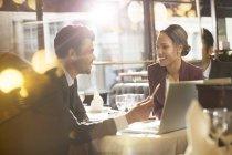Jóvenes empresarios hablando en el restaurante - foto de stock