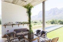 Living area overlooking backyard — Stock Photo