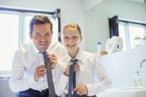 Отец и дочь, регулируя связей в ванной комнате — стоковое фото