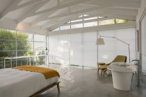 Quarto interior de vitrine casa moderna e minimalista com tecto abobadado — Fotografia de Stock