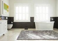 Ванну в роскошной ванной — стоковое фото