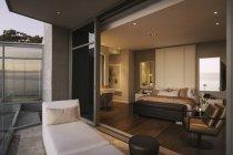 Moderna casa de lujo dormitorio escaparate abierto al balcón - foto de stock