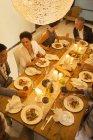 Party-Freunde, die gemeinsam zum Abendessen essen — Stockfoto