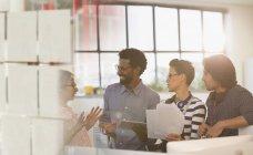 Gens d'affaires créatives souriant remue-méninges en réunion de bureau — Photo de stock