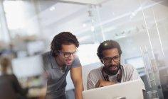 Hommes d'affaires créatives utilisant l'ordinateur portable au bureau moderne — Photo de stock