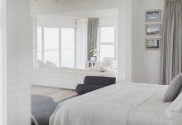Camera da letto nella casa di lusso moderna — Foto stock