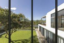 Вид з вікна Сонячний сучасну розкіш додому Вітрина зовнішній вигляд із двору і дерево — стокове фото