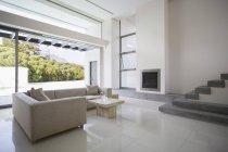 Moderna sala de estar durante el día - foto de stock