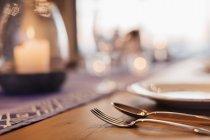 Закрыть свечи и поставить на обеденный стол — стоковое фото