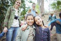 Studenti e insegnanti sorridente nella foresta — Foto stock