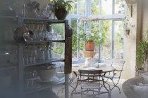 Tableau dans véranda contre la fenêtre pendant la journée — Photo de stock
