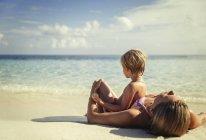 Мать и сын лежали и отдыхали на тропическом пляже — стоковое фото