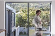 Porträt zuversichtlich Mann in sonnige moderne home Showcase interior Küche — Stockfoto