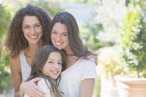 Щасливі красиві сестри обіймати на відкритому повітрі — стокове фото