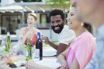 Freunde sprechen auf party — Stockfoto