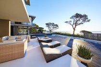 Moderno patio vetrina casa di lusso con vista sull'oceano — Foto stock