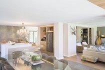 Offener Grundriss in luxuriösen Innenräumen — Stockfoto
