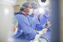 Médecins, exécutant la chirurgie en théâtre de fonctionnement — Photo de stock