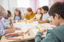 Enseignant et étudiants dessinent en classe — Photo de stock