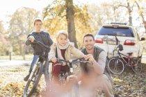 Портрет батька і сини з велосипеди в Осінній Парк — стокове фото