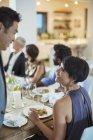 Paar sprechen bei Dinner-party — Stockfoto