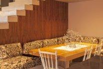 Sofa um Esstisch in modernem Haus — Stockfoto