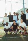 Gruppe von Amateur-Fußball-Spieler lächelnd auf Feld — Stockfoto
