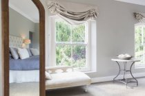 Sonniges Luxusschlafzimmer tagsüber — Stockfoto